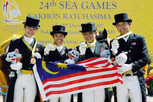 CHON BURI 7.12.2007,  Atlit Equestrian dari kiri, Diani Lee, Putri Aliya Soraya, Quzandria Nur dan Qabil Ambak menerima pingat emas acara dressage perpasukan di Horseshoe-Point, Pattaya, semalam. Gambar Rosdan Wahid